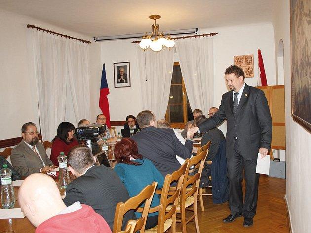 Starosta Jiří Havelka přišel do přeplněné zasedací místnosti jako poslední, přesně v 18 hodin. Atmosféra by se dala krájet.