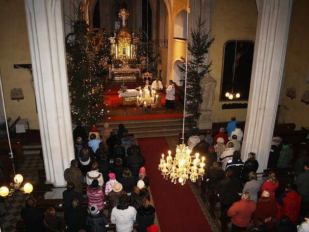 Půlnoční mše svatá v poděbradské kostele Povýšení sv. Kříže roku 2011.