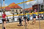 Na nymburské náměstí Přemyslovců se po řadě let vrátila sportovní atrakce v podobě beach volejbalu.