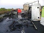 Tragická nehoda s následným požárem uzavřela hradeckou dálnici