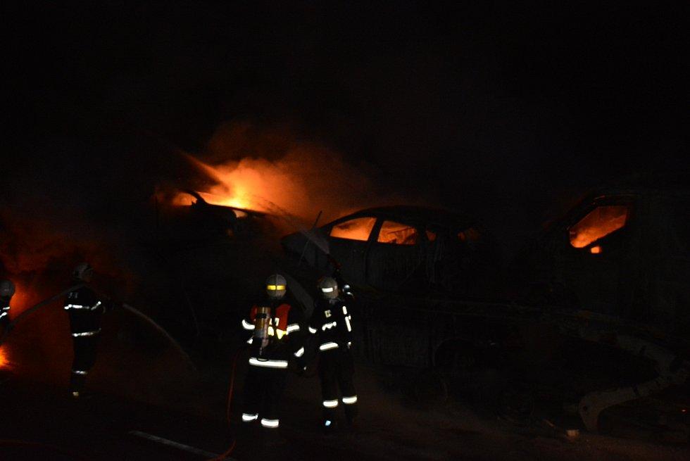 Na hradecké dálnici D11 shořela v noci přepravovaná auta