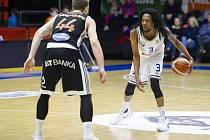 Basketbalové utkání Kooperativa NBL mezi celky USK Praha a ČEZ Basketball Nymburk 2.února v Praze. Raheem Appleby vs. Tomáš Vyoral.