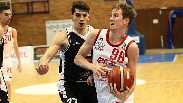 Z basketbalového utkání nejvyšší soutěže Nymburk - Hradec Králové (102:65)