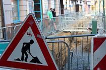 Rozkopané chodníky. Pro chodce zůstaly přístupné jen úzké pruhy.
