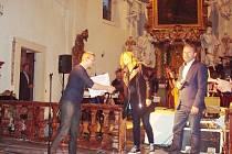 Předání sponzorského daru sto tisíc korun řediteli Handicap centra Srdce Michalu Šmídovi.