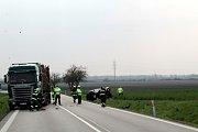 Nehoda u Senic, osobní vůz skončil zdemolovaný v pravém příkopu.