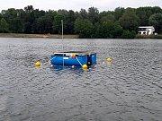 Přístroj, který se objevil na hladině jezera v Sadské.