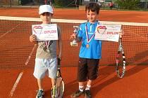 FINALISTÉ. Vlevo stojí poražený finalista J. Hurych, vpravo s pohárem vítězný tenista  J. Šafařík