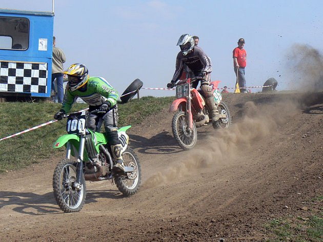 Na motocrossové trati ve Chlebích předvedli své umění dospělí, ale také malí caparti.
