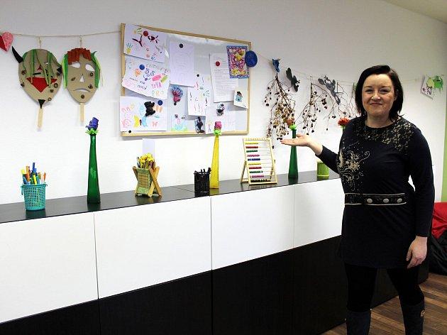 Vedoucí Dětského klubu Romodrom Tereza Košková ukazuje interiér zařízení pro děti.