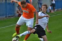 MICHAL DOSOUDIL (v bílém) nastupuje ve svých sedmnácti letech za fotbalový tým čelákovického Unionu a také za Milovice z Lize malého fotbalu