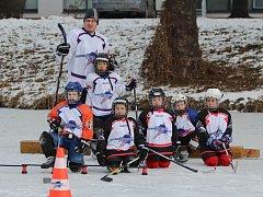 TRÉNOVALI NA RÉMĚ. Mladí hokejisté z mezinárodního hokejového kempu si vyzkoušeli přírodní led. Ten vyměnili za ledovou plochu na zimním stadionu v Nymburce