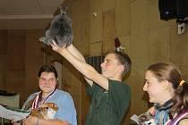 Adam Silbrník se svou králičí rekordmankou Lilly přebírá první cenu.