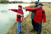 Všichni tři chlapci na jaře 2012, kdy ukazovali u rybníka, kde se nehoda stala. Vepředu Lukáš Lehký a za ním jeho zachránci Libor a Lukáš.