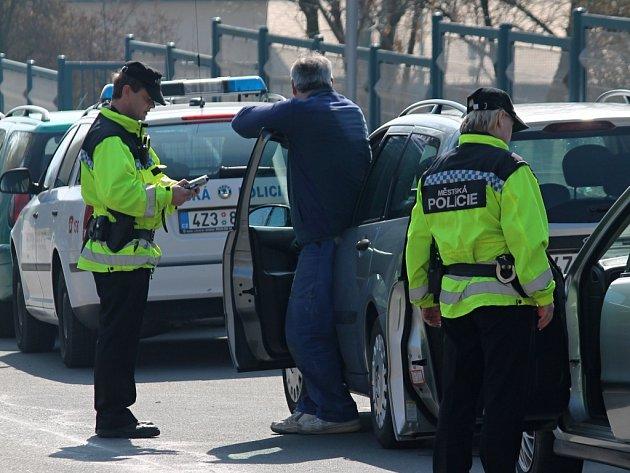 Strážníci vybírají pokuty za překročení rychlosti. Ilustrační foto.