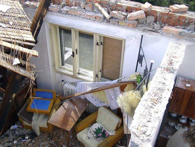 Rodině Malinovských vichřice odnesla polovinu domu