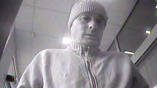 Policisté by velmi rádi hovořili s mužem, kterého zachytil kamerový systém.