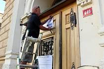 Úprava cedule na Základní škole Tyršova dočasně zavřela vchodové dveře k volebním místnostem.