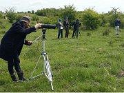 Nový dokumentární seriál o přírodě v rezervaci velkých kopytníků natáčeli režisér Zdeněk Suchý a muzikant Dan Bárta, který se v dokumentu představí jako moderátor, ale i jako kameraman.