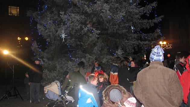 V Nymburce na náměstí už svítí vánoční strom.