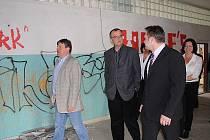 Ministr financí Miroslav Kalousek navštívil Milovice a přislíbil, že navrhne do příštího státního rozpočtu 270 milionů pro bývalou ruskou školu.