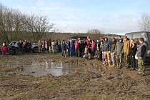 Padesát dobrovolníků vyčistilo budoucí pastviny od starého harampádí.