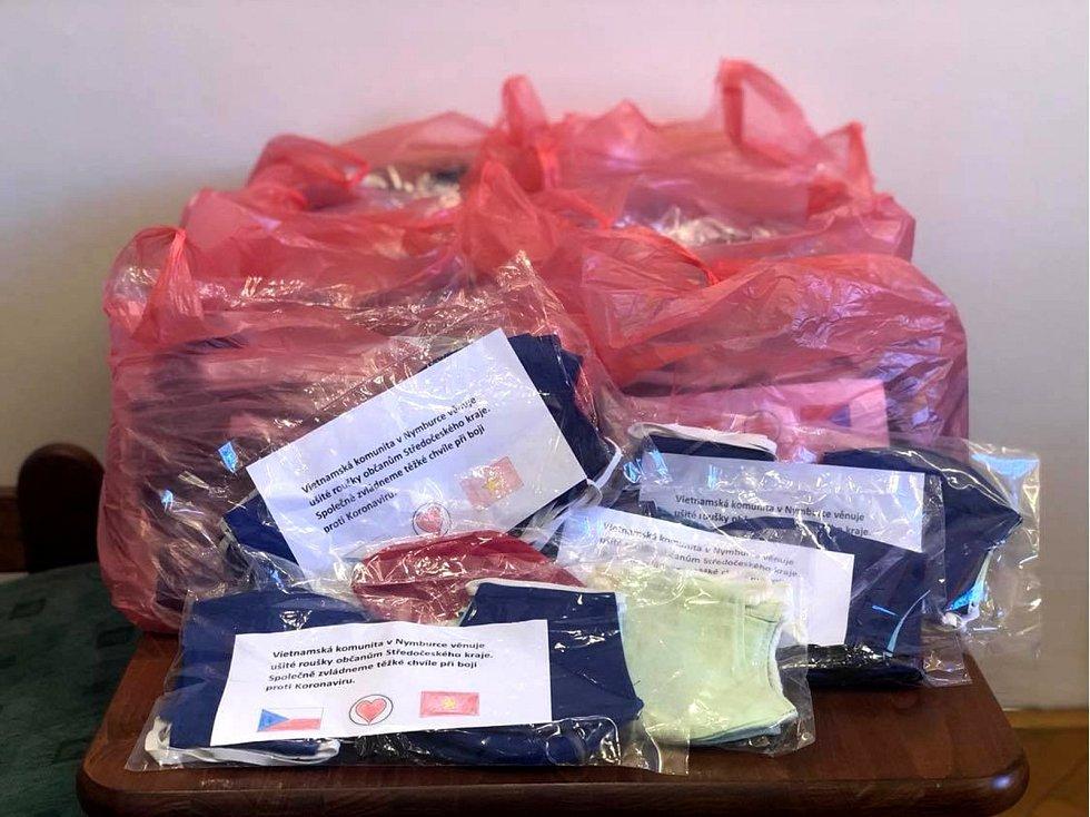 Vietnamská komunita předala na radnici 500 kusů vyrobených roušek.