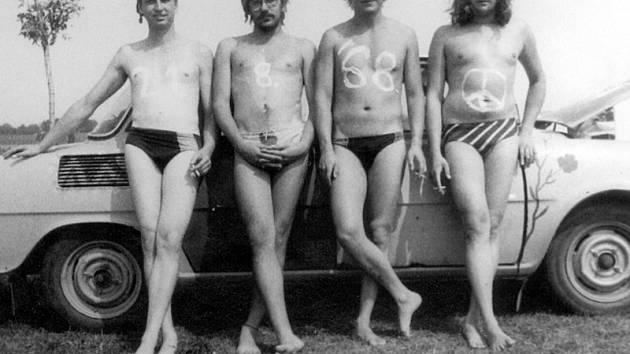V létě 1989 u nádrže Rozkoš. Na tělech symbolické datum 21.8. 1968