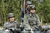 Mordová rokle opětpřivítá vojáky a vojenskou techniku.