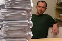 NOVÝ PŘEDSEDA. Stohy papíru, hodně práce. To čeká na nově zvoleného předsedu Okresního fotbalového svazu v Nymburce Radomila Nolla