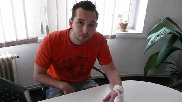 Pokousaný mladý muž Martin Simon s obvázaným prstem.