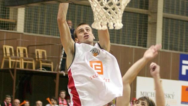 Basketbalista Pavel Englický bavil podobnými kousky v posledních letech diváky v Nymburce.