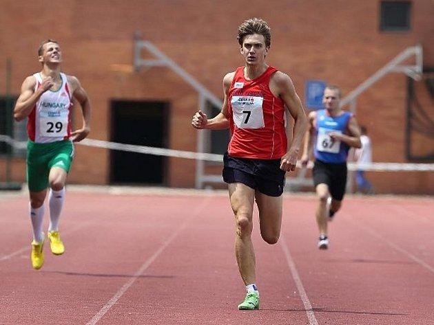 Lukáš Hodboď (v červeném) vítězně v cíli běhu na 400 m na MU dorostu v Hradci Králové