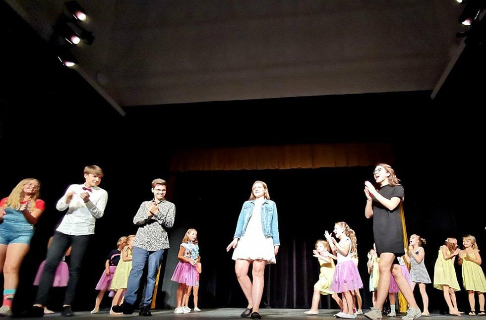 Koncert žáků ZUŠ Otakara Vondrovice pomáhal v divadle Na Kovárně.