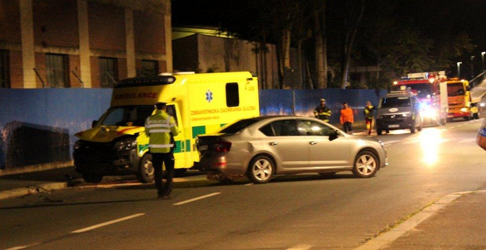 Nehoda sanitky a policejního vozu v Nymburce.