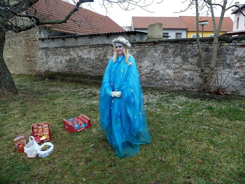 Nešťastná víla na posledním stanovišti v Sadské, které zloději ukradli kufry s dárky.
