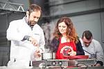 I středočeská hejtmanka Jaroslava Pokorná Jermanová se chopila festivalové vařečky a předvedla své kuchařské umění. Její domácí houbovou pomazánku ochutnala a pochválila v pátek celá řada návštěvníků.