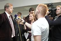 Tiskovou konferenci kvůli hádání o budoucnosti turistiky a cestovního ruchu ve středních Čechách odděleně uspořádali bývalý krajský hejtman Petr Bendl z ODS a jeho nástupce, sociální demokrat David Rath.