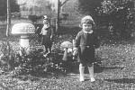 Populární trpaslík bije každou celou do muchomůrky, 40. léta minulého století. Malý Franta Kříž v popředí.