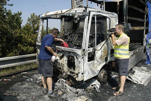 Napínavé chvilky zažil včera v půl druhé odpoledne řidič nákladního auta Iveco na 20. kilometru dálnice D 11 ve směru na Prahu  kousek za Sadskou.