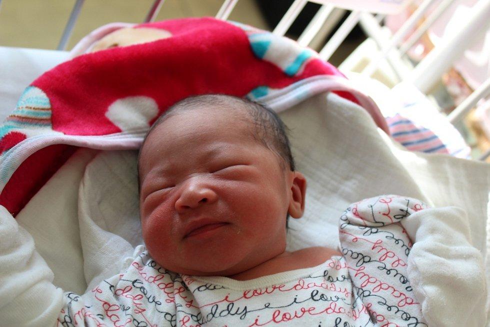 LINH CAO JE PRVNÍ. LINH CAO TUNG je holčička narozená 19. dubna 2017 v 21.36 hodin. Maminka Nhung a táta Thang si dcerku s mírami 2 790 g a 47 cm odvezli pyšně domů do Milovic.