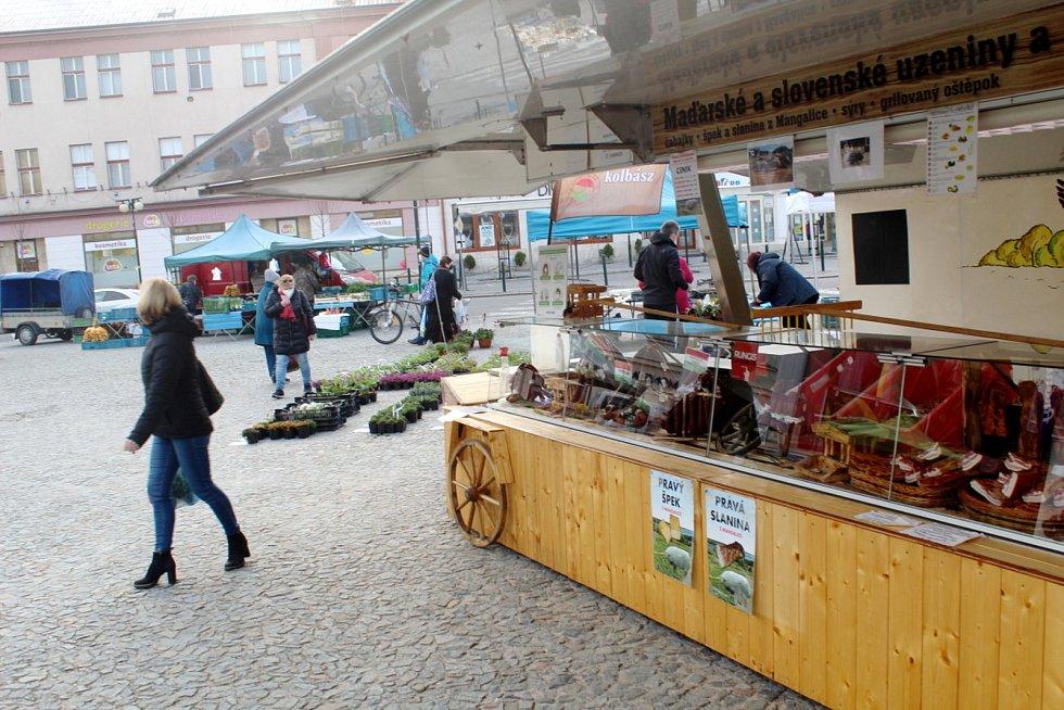 Farmářské trhy na náměstí Přemyslovců v Nymburce.