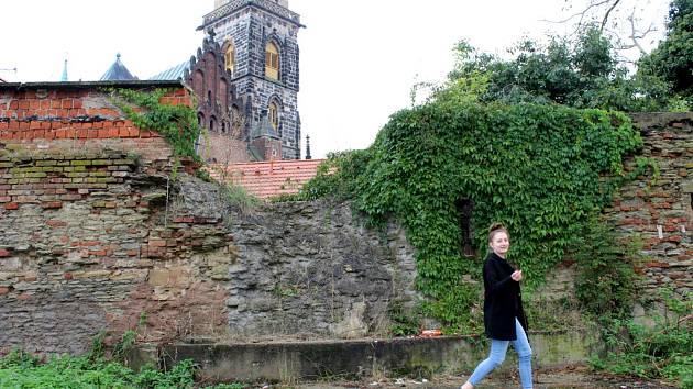 Historickou zeď poblíž kostela svatého Jiljí nechá radnice opravit.