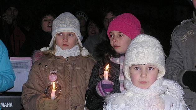 Ke zpěvu koled se sešli Poděbraďáci pod vánočním stromem.