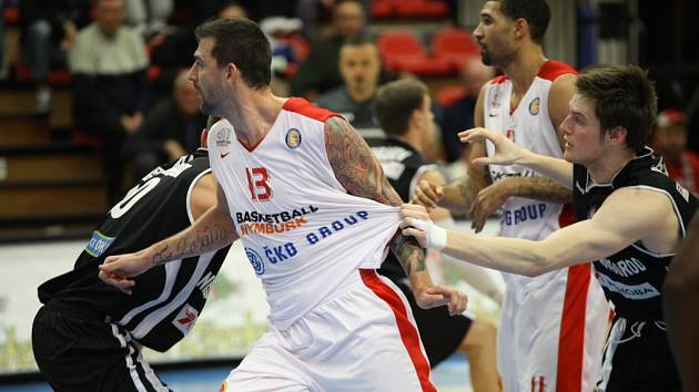Z basketbalového utkání VTB ligy Nymburk - Novgorod (70:85)