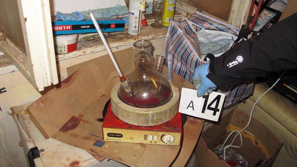 Tým specialistů odhalil jak pěstitele konopí, tak i výrobce matamfetaminu.