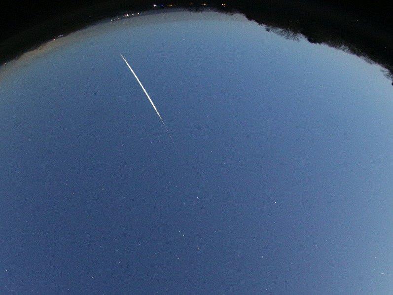 Výřez z celooblohového snímku bolidu ze 3. prosince 2017 pořízeného automatickou digitální bolidovou kamerou české bolidové sítě na stanovišti Astronomického ústavu AV ČR v Ondřejově. Světlé pozadí oblohy je způsobeno měsíčním úplňkem.