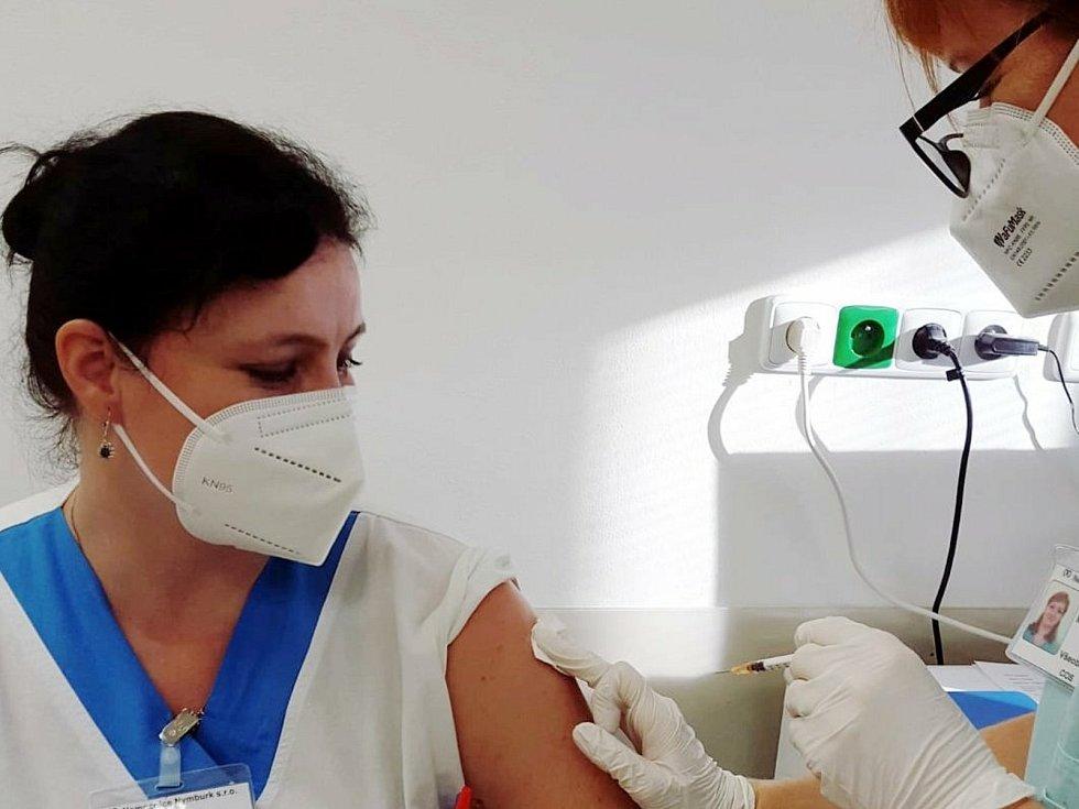 Očkování zdravotníků proti koronaviru v nymburské nemocnici.