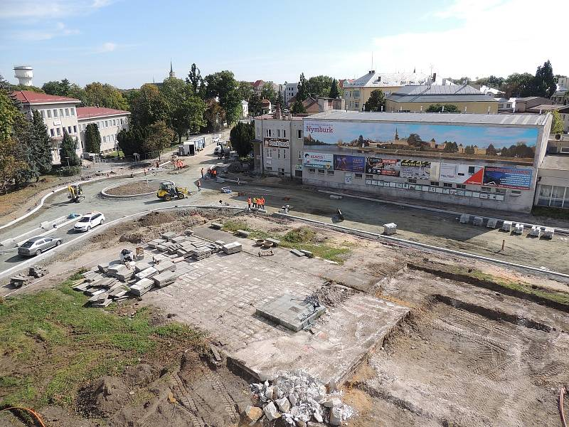 Výstavba parkoviště před budovou ředitelství Policie ČR v Nymburce.