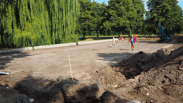 Stavba multifunkčního hřiště v Opolanech.